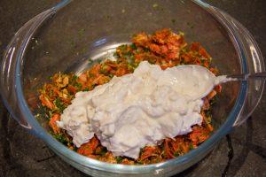 Dans un bol mélangez le persil, l'estragon, le pain, le fromage blanc, le piment d'Espelette, le chorizo, les noisettes torréfiées