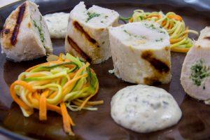 Blanc de volaille farci aux herbes et spaghettis de carotte et courgette, béarnaise légère sans beurre (recette basse température)