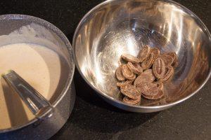 Quand le mélange est chaud versez-le sur le chocolat coupé en morceaux