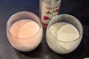 Sortez les verrines de crème de lait refroidies du frigo et versez une cuillerée à soupe de sirop de rose par dessus
