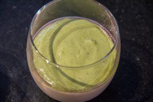 Pochez alors la crème de pistache sur la crème de lait refroidie