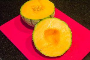 Coupez le melon en deux et ôtez les graines