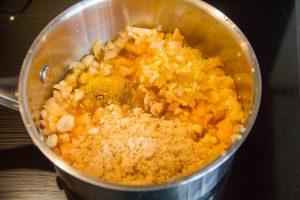 Versez tous les éléments du chutney dans une casserole