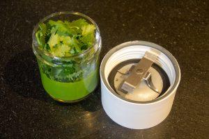 Verser le persil, 2 cuillerées à soupe de son eau de cuisson et la crème liquide dans le blender et mixez jusqu'à obtention d'une crème la plus lisse possible