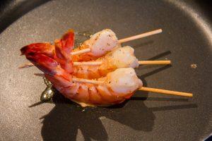 En fin de cuisson sortez les crevettes de leur sac et faites les revenir rapidement et sur toutes leurs faces dans une poêle bien chaude, juste pour les marquer