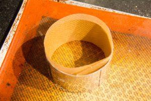 Tapissez l'intérieur de vos cercles avec une bande de papier cuisson