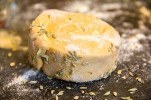 Roulez les tranches de pâte dans les graines de fenouil