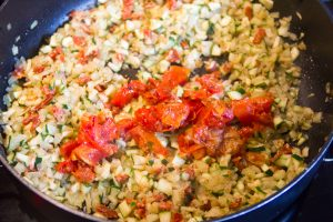 Puis ajoutez les tomates séchées et le chorizo