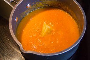 Faites chauffer le coulis avec le citron confit au sel