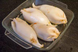 Disposez les calamars dans un plat huilé et enfournez-les 5 mn à 230°