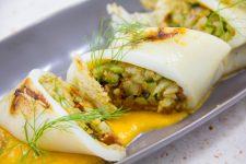 Calamars farcis aux légumes croquants, coulis de tomate acidulé et chips de riz