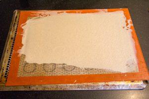 Étalez la pâte sur votre silpat à l'aide de la spatule en essayant d'avoir la même épaisseur partout