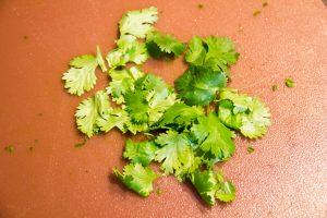 Prélevez les feuilles des tiges de coriandre