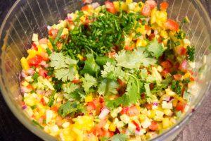 Ajoutez la ciboulette et la coriandre dans le saladier