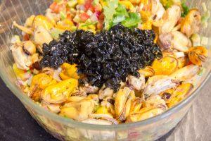 Ajoutez les moules dans le saladier et versez la sauce