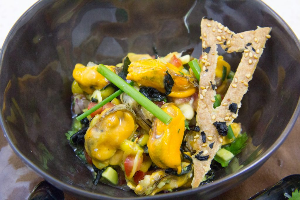 Salade fruitée de moules multicolore, crackers aux algues