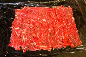 Étalez les fines tranches de viande sur du film étirable