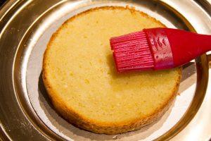 A l'aide d'un pinceau imbibez la base du gâteau