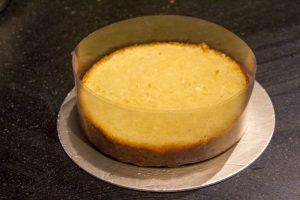 Déposez la base du gâteau sur un plat et enroulez une bande de rhodoïd autour