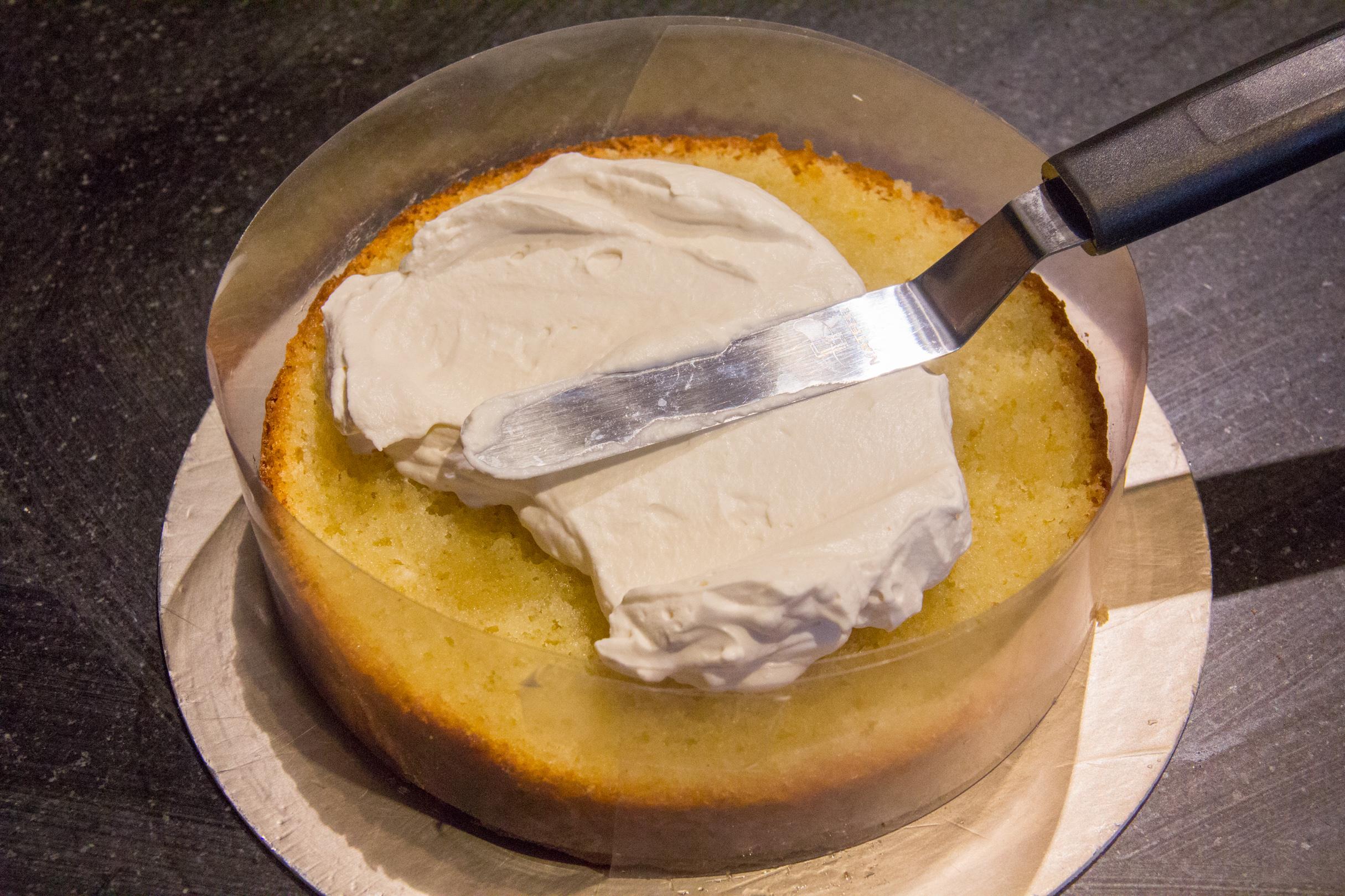 Garnissez généreusement le dessus de chantilly à la vanille