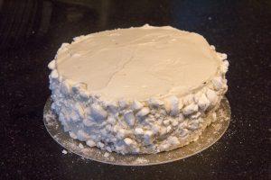 A l'aide d'une spatule recouvrez les bords et le dessus du gâteau avec le reste de chantilly