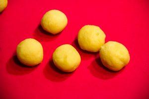 Formez des petits boules de 20 g de pâte sucrée