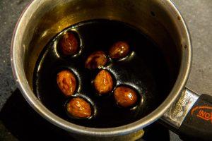 Laissez infuser les amandes dans l'extrait de café
