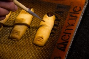 Passez un peu d'extrait de café dilué sue chaque articulation de dedos de bruja
