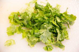Prélevez les feuilles de coriandre et ciselez-les.