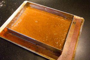 Versez la pâte dans le cadre posé sur une surface antiadhésive