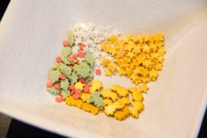 Sélectionnez les petits décors en sucre que vous désirez