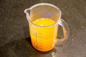 Ajoutez alors la gélatine égouttée et les zestes d'oranges confits