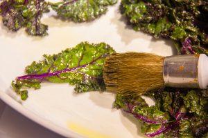 A l'aide d'un pinceau badigeonnez les feuilles d'huile d'olive