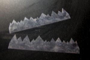 Disposez les deux bandes de rhodoïd obtenues pour votre décoration sur un plan de travail bien lisse