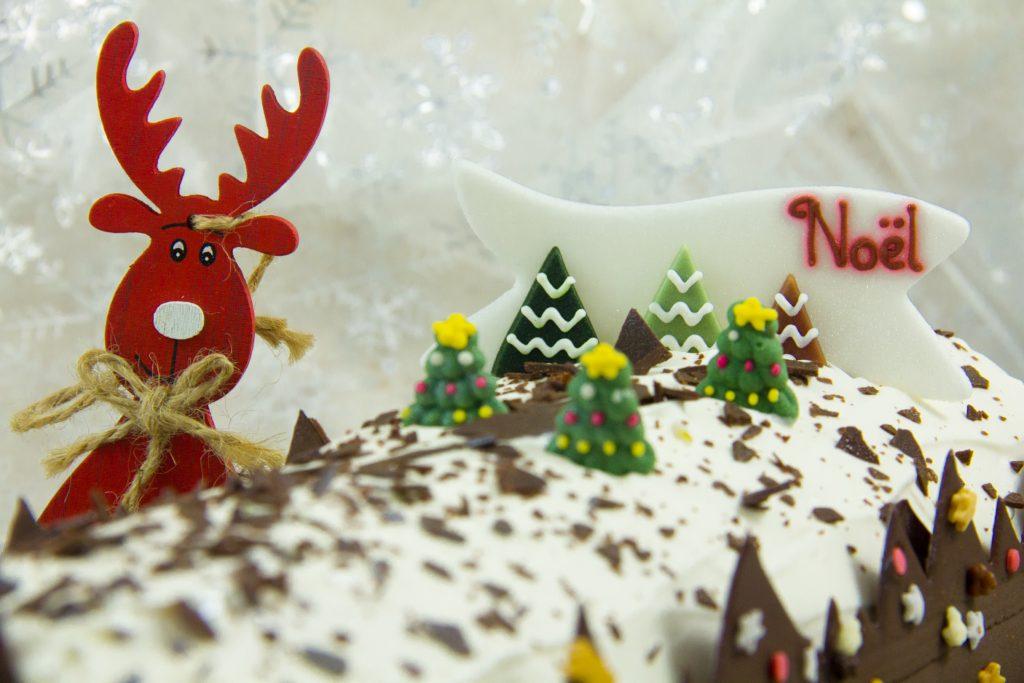 Puis si vous avez quelques décorations en sucre ( petits sapins, étoiles etc...) déposez-les selon votre inspiration