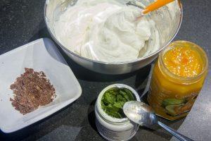 Puis intégrez la garniture que vous avez choisie: chocolat orange ou pistache ou noisette ou agrumes confits ou amarena