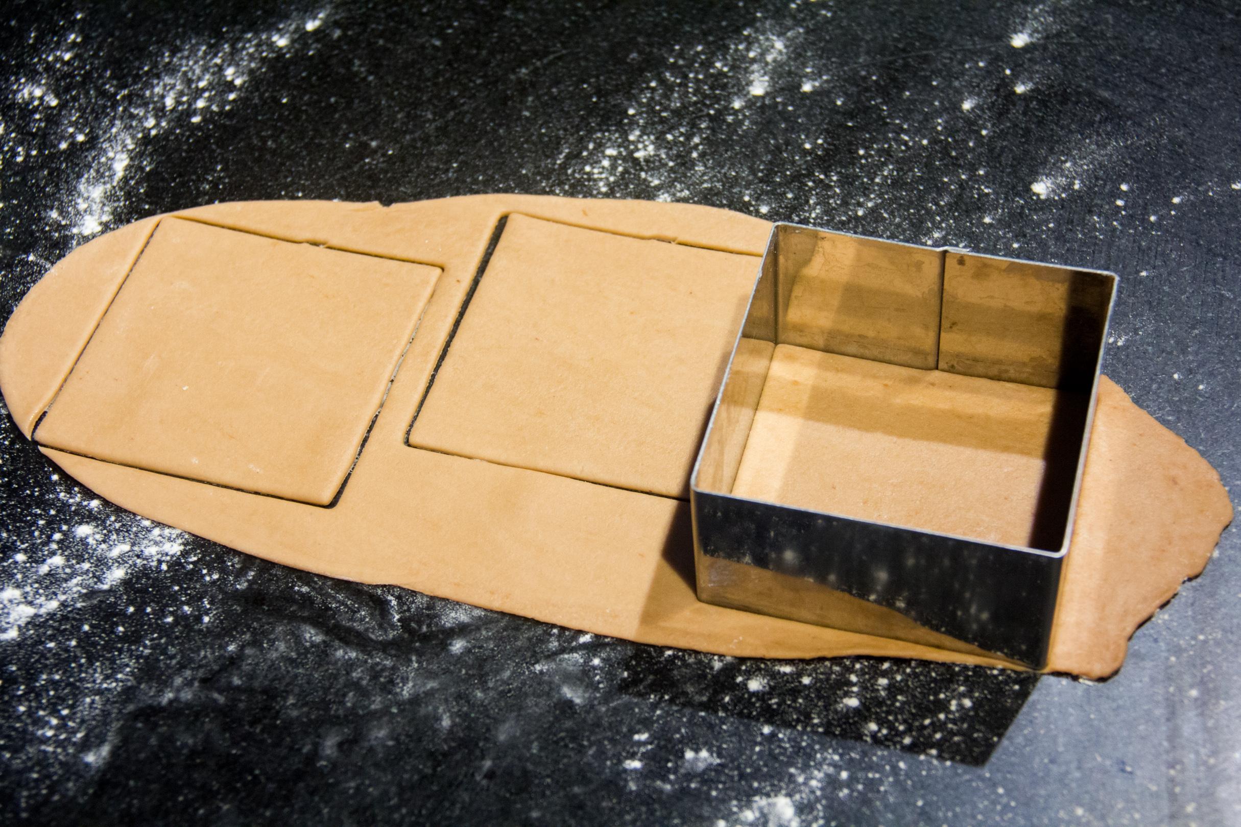 Étalez-la finement sur votre plan de travail; Si vous avez un laminoir à pâtes utilisez-le! C'est le meilleur moyen pour obtenir un pâte très régulière en épaisseur. Détaillez votre pâte en carré de 8 cm sur 8