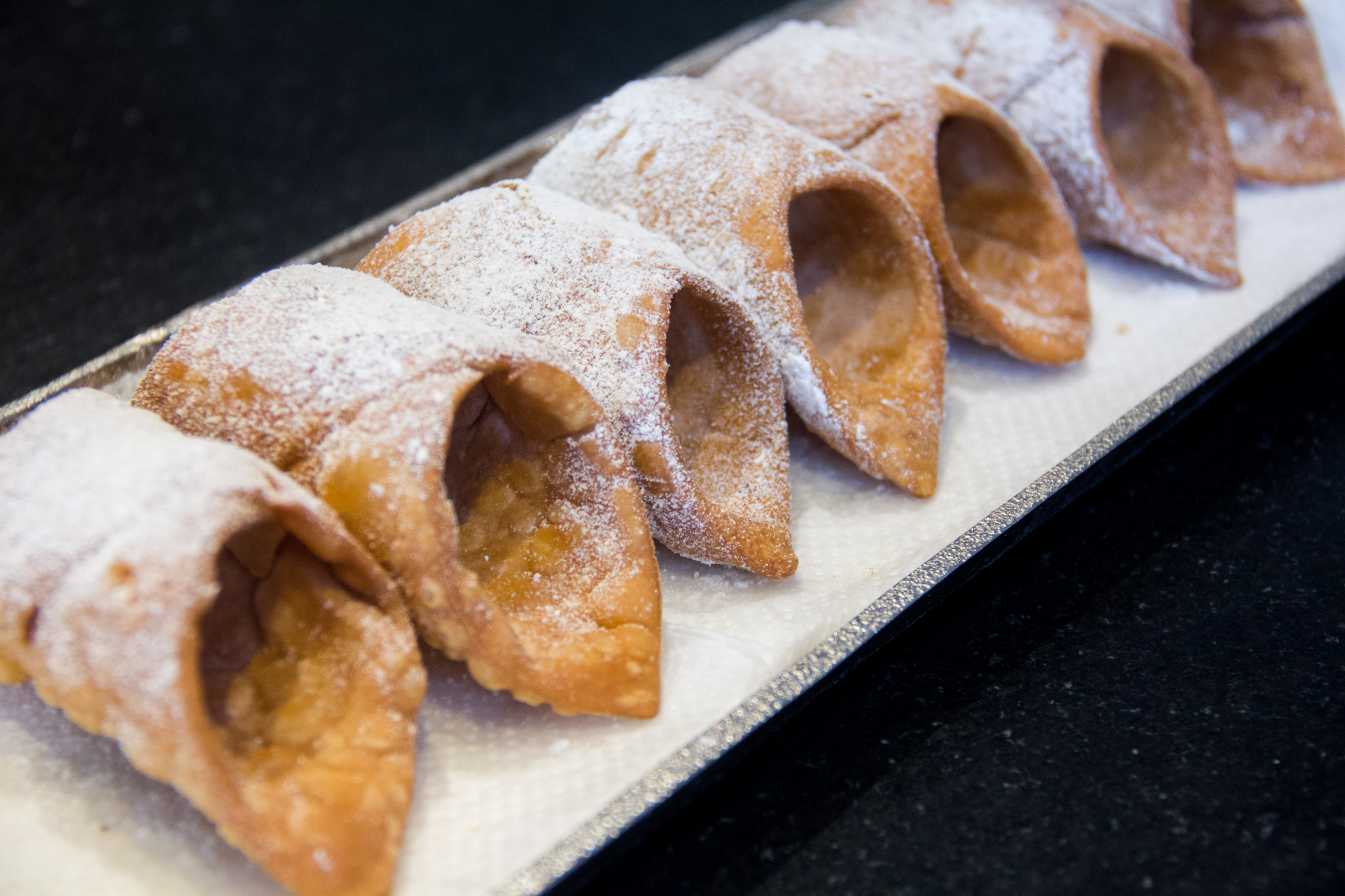 On range ses cannoli sur un plat et on les saupoudre de sucre glace