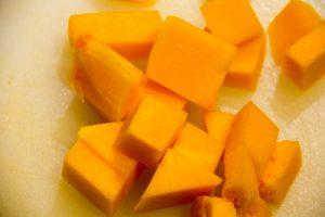 Coupez la chair du butternut en morceau et cuisez-le à la vapeur pendant 20 mn