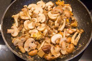 Nettoyez les champignons. Ajoutez-les aux échalotes