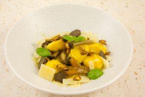 Disposez les gnocchis dans l'assiette puis disposez les champignons
