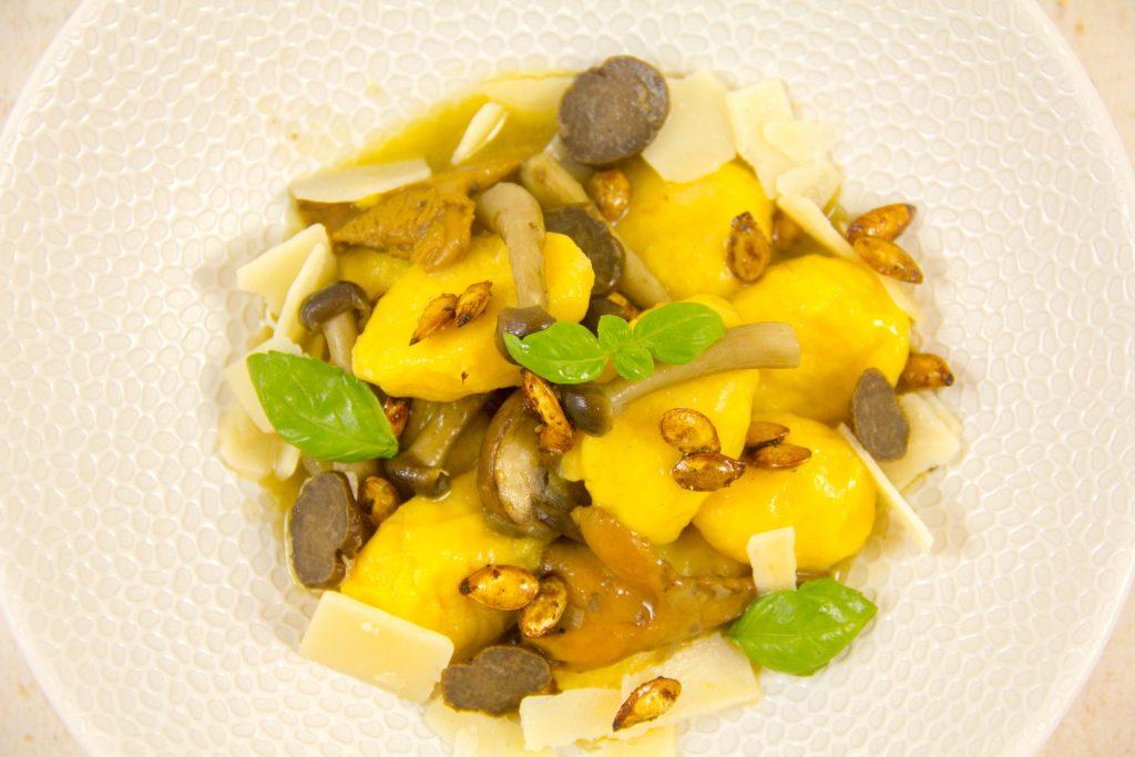 Gnocchis de butternut au parmesan, graines croustillantes, poêlée d'hiver