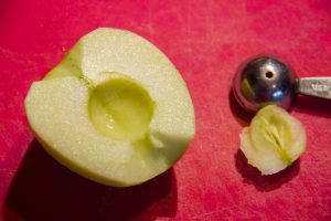 Pelez et ôtez le cœur de la troisième pomme