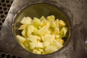 Puis remplissez de dés de pommes jusqu'à la moitie de la hauteur