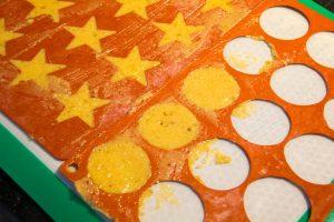 Étalez finement (2 mm) la pâte sur une surface anti adhésive
