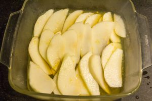 Badigeonnez les tranches de poires au fur et à mesure avec le mélange jus de citron, beurre et miel