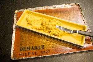 Remplissez le fond de tarte de la garniture au potiron