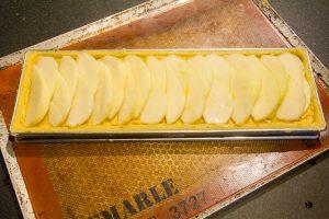 Garnissez complètement le dessus de la tarte avec les poires