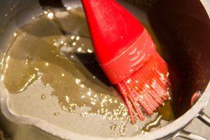 Faites fondre deux ou trois cuillerées de gelée de coing avec un tout petit peu d'eau et badigeonnez les poires de ce mélange