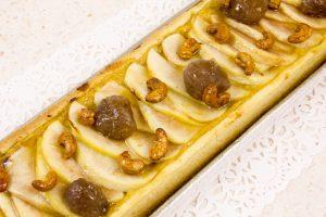 Disposez le reste des marrons glacés et les noix de cajou sur la tarte